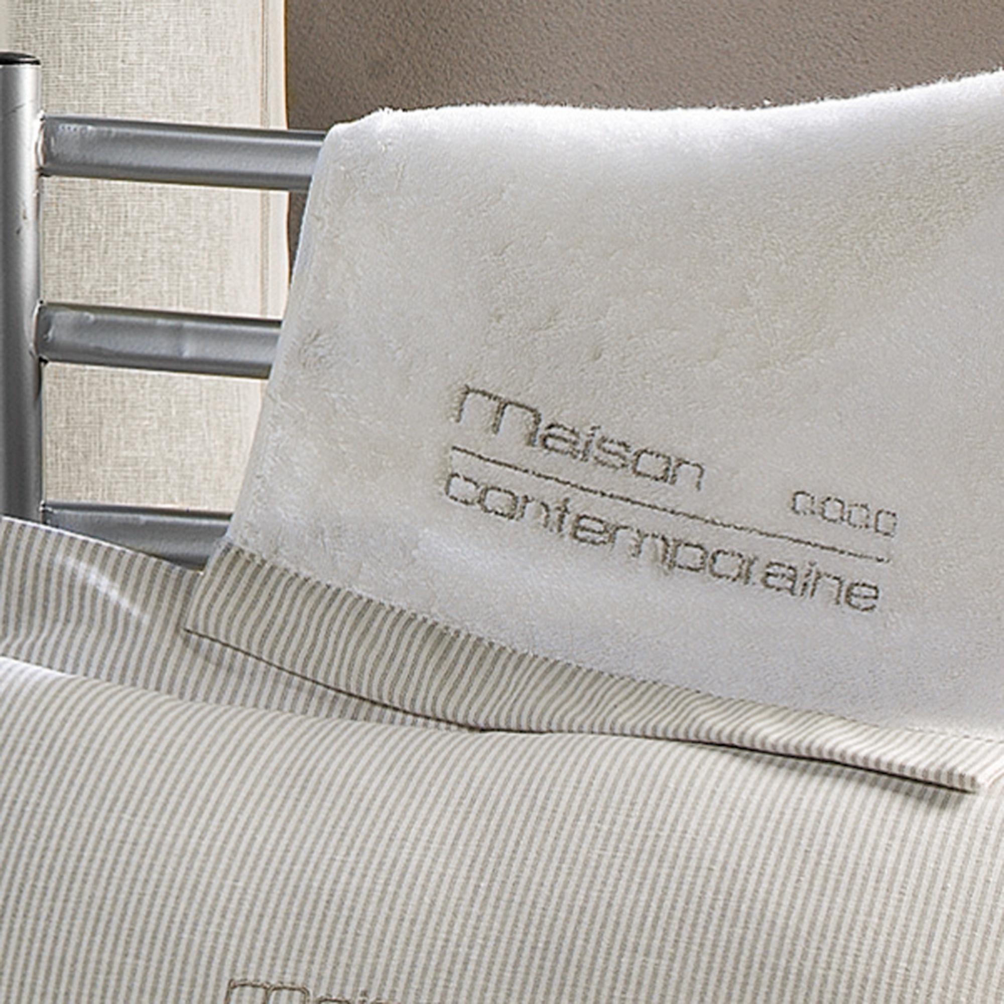serviette de toilette ponge maison contemporaine 30 x 50 cm gris acheter ce produit au. Black Bedroom Furniture Sets. Home Design Ideas