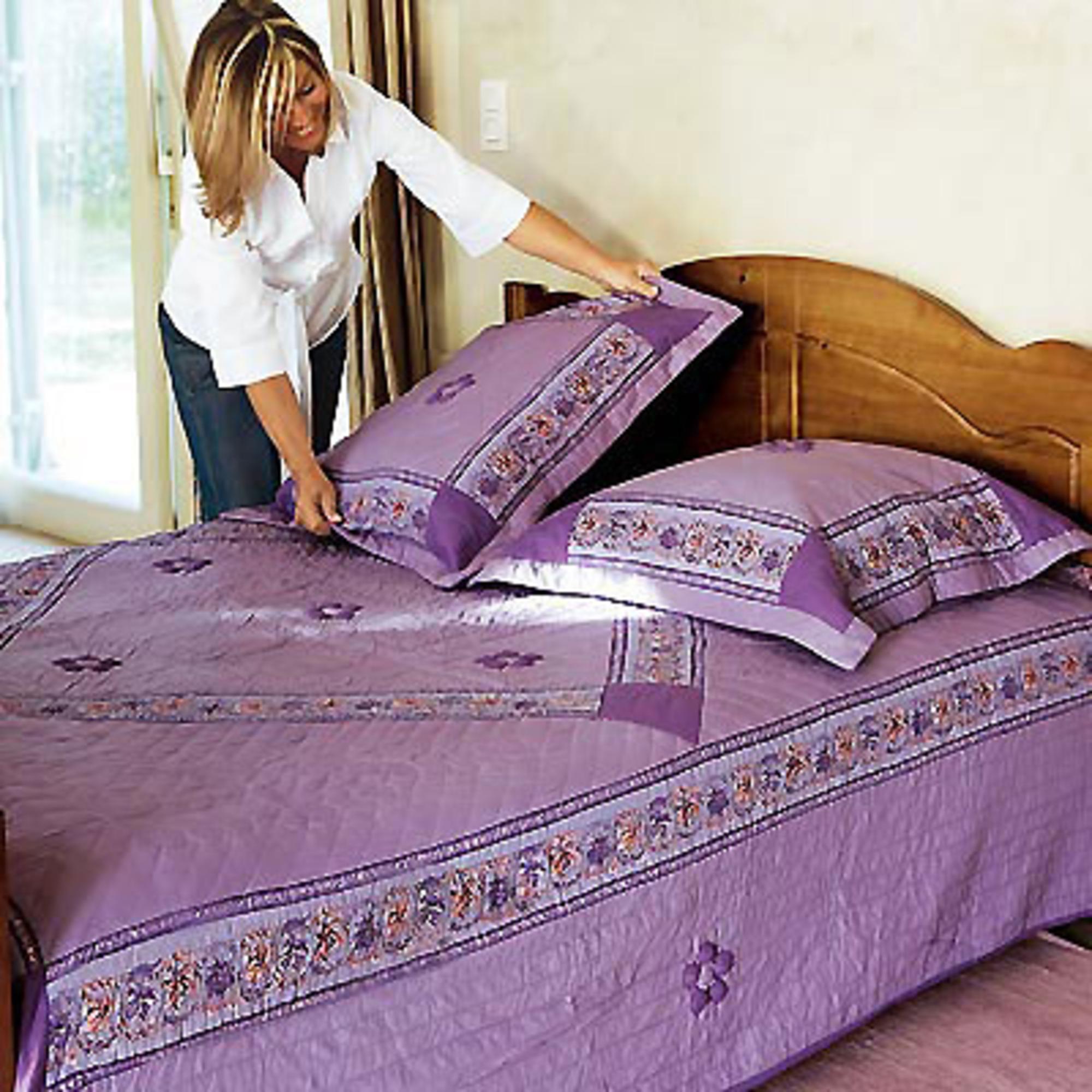 couvre lit 2 personnes 240 x 260 cm sylvaine lilas acheter ce produit au meilleur prix. Black Bedroom Furniture Sets. Home Design Ideas