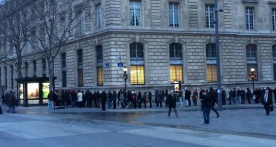 Une queue phénoménale devant un Kiosque à République
