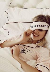 Brune aux gros seins se fait baiser pendant que vous dormez