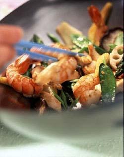 Poulet sauté aux crevettes et aux petits légumes