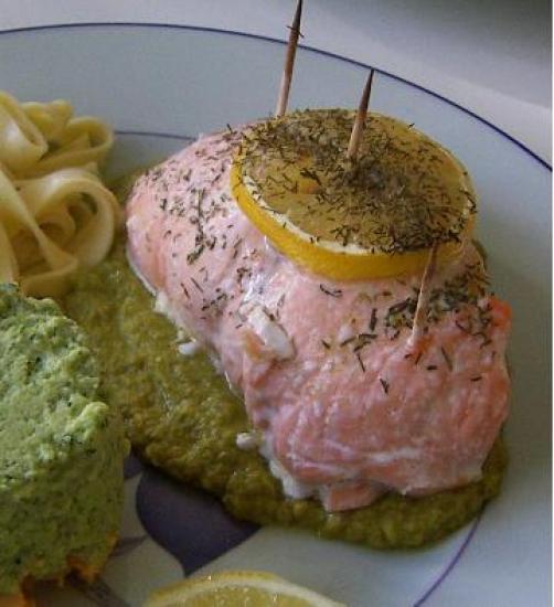 Roulé de saumon sur lit de petits pois