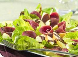 Salade de magret de canard rôti, vinaigrette au chocolat