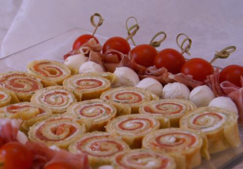 Crêpes roulées au fromage ail et fines herbes et saumon fumé
