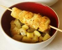 Brochettes de poulet au curry, poêlée de courgette à l'ananas