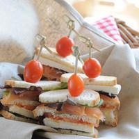 Sandwichs au fromage de chèvre et au saumon