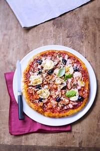 Pizza aux trois fromages et au cervelas