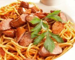 Spaghetti aux saucisses et à la sauce tomate