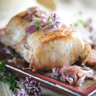 Rôti de porc au confit d'oignon