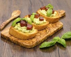 Toasts à la crème d'avocats aux saucisses