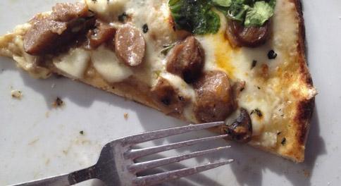 Pizza blanche aux épinards, fromage et champignons