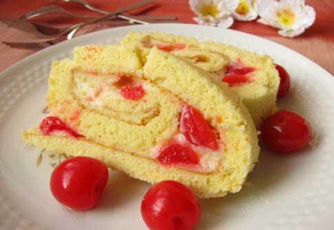 Biscuit roulé à la crème, cerises et sirop